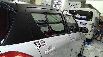 wrapping stiker mobil | Atap hitam doff swift Bandung | mangele stiker 081227722792